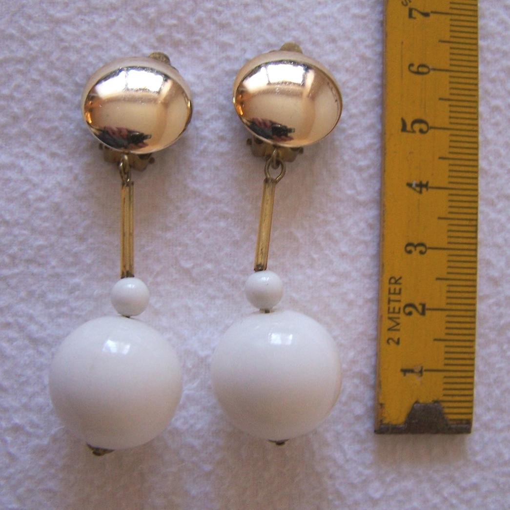 Schmuck - Ohrringe - Clip goldfarben und weiße Kugeln