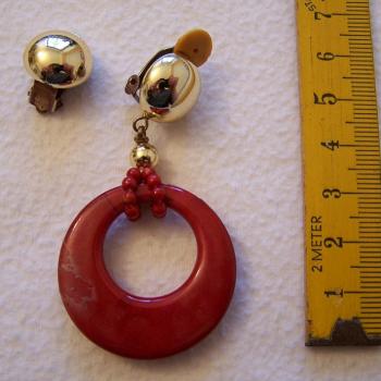 Schmuck - Ohrringe - einer mit dunkelrotem Ring