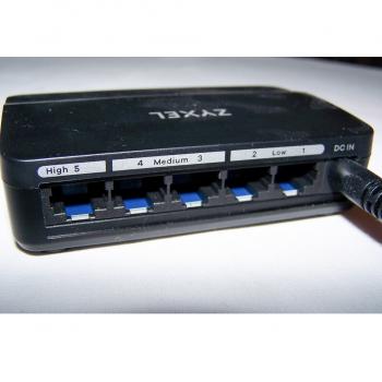 Büro - IT & Kommunikation - Zyxel Gigabit Ethernet Media Switch mit 5 Ports - Rückseite