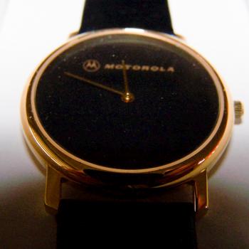 Schmuck - Uhren - Armbanduhr mit schwarzem Lederband, Schwarzes Ziffernblatt und goldfarbenes Gehäuse - Motorola - Ziffernblatt
