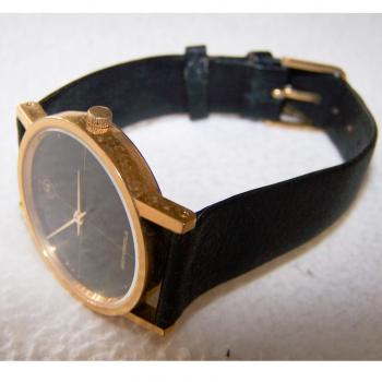 Schmuck - Uhren - Armbanduhr - Lederband - schwarz, goldfarbenes Gehäuse, Stundenarkierungen - geschlossen