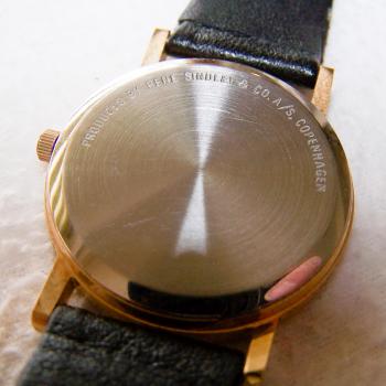 Schmuck - Uhren - Armbanduhr - Lederband - schwarz, goldfarbenes Gehäuse, Stundenarkierungen - Rückseite
