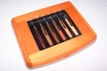 Büro - Bürowerkzeuge - Schreibwerkzeuge - Kugelschreiber-Set mit 7 Holzkugelschreibern - Kirschbaumschatulle