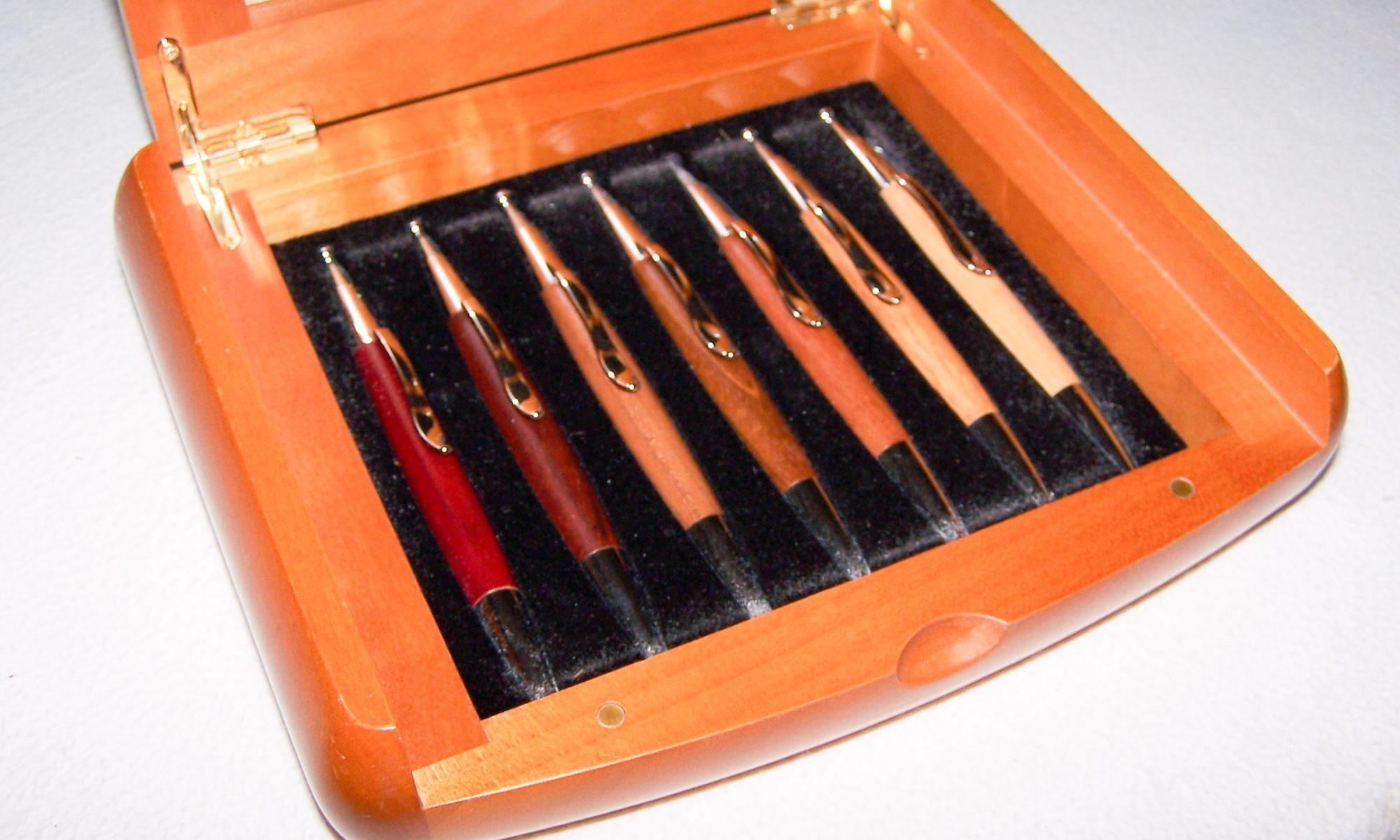Büro - Bürowerkzeuge - Schreibwerkzeuge - Kugelschreiber-Set mit 7 Holzkugelschreibern - Kirschbaumschatulle geöffnet