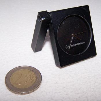 Haushalt - messen & Regeln - Kleine Uhr mit ausschwenkbarem Aufstellarm - aufgeklappt