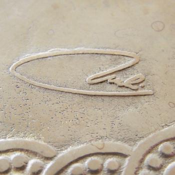 Haushalt - servieren - Messingschale mit verwobenem Bänderornament - Künstlersignatur