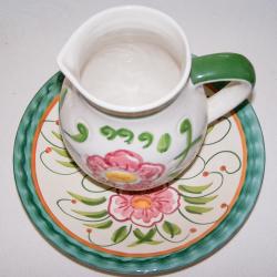 Haushalt - servieren - Geschirr - Krug mit Unterteller