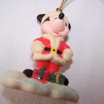 Haushalt - Dekoration - Micky Maus im Weihnachtskostüm als Christbaumanhänger - auf der Wolke