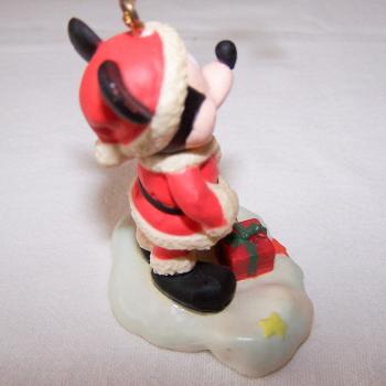 Haushalt - Dekoration - Micky Maus im Weihnachtskostüm als Christbaumanhänger - seitlich