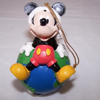 Haushalt - Dekoration - Micky Maus mit Erdkugel auf dem Rücken - von vorne